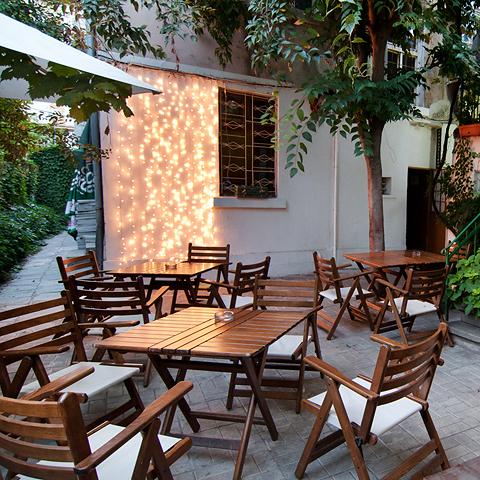 """кафе-бар """"Латини"""", лятната градина"""