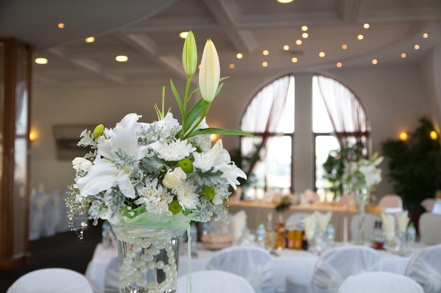 Сватбени снимки, детайл от сватбена украса с живи цветя